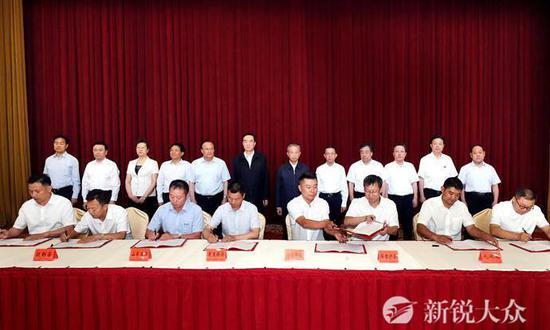 座谈会后,举行了山东援疆合作项目签约仪式。