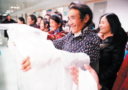潘南小学28名学生代表 看望8名西藏先心病少年