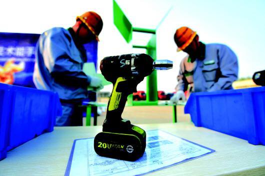 五征集团的技术工人在技术能手大赛中快速装配设备