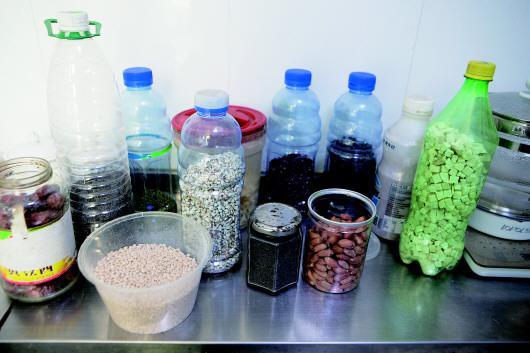 给弟弟熬粥的食材有红枣、薏米、百合、花生、芝麻等很多种。