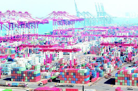 □CFP供图  青岛港集装箱码头一派繁忙。