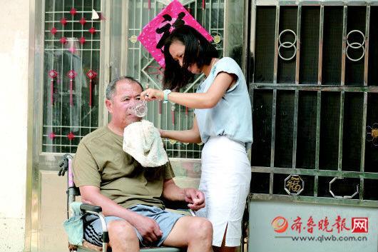 张燕给公公张爱民喂水。