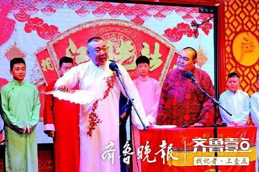 王超在江湖艺社的演出中。
