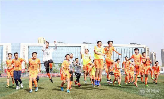 赢得比赛后,足球队员激情欢呼。