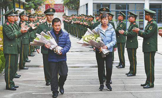王成龙生前所在的特战队全体官兵列队迎接烈士的父母