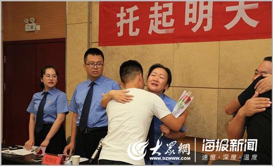 跟踪帮教结束后,五名学生与检察官紧紧相拥。