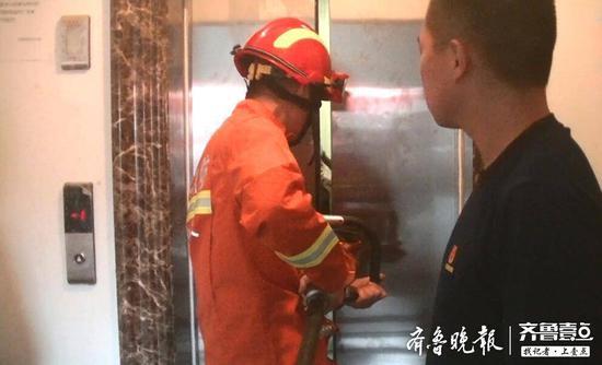 经过2分多钟的紧张救援,3名被困人员被消防员救出,所幸暂无大碍。