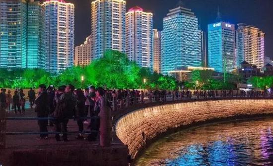 """五四广场的灯光秀更是吸引了一众居民游客前来欣赏,青岛俨然成了全国"""""""