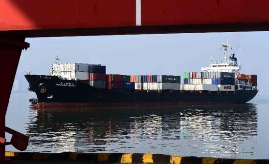 一艘来自韩国的货船抵达山东威海港。新华社记者 郭绪雷摄