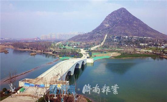 """华山湖南侧的三孔""""鹊华桥"""""""