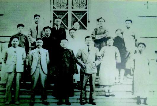 《齐大月刊》编委会合影(一排左二为老舍)