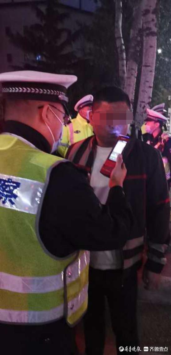 酒驾男子夜晚高调亮相烟台闹市区 竟被交警逮个正着