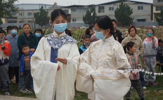 菏泽职业学院学生社团受百花园邀约游园演出