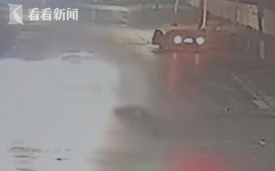 临淄交警大队事故处理科科长伊永善带领两名值班民警迅速到达现场。