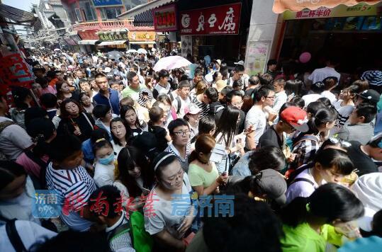 如今,芙蓉街每天接待游客数量超过万人,节假日更是人潮涌动。