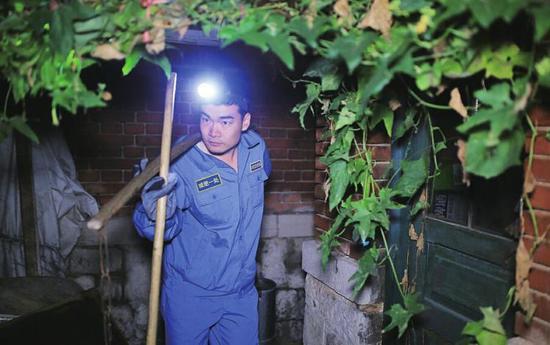 陈国瑞在凌晨时分开始工作。