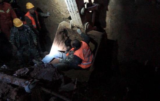 济南俩工人被石块埋住下半身 消防员到场徒手扒出来