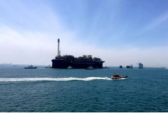 P67 FPSO正在进行浮托装船作业
