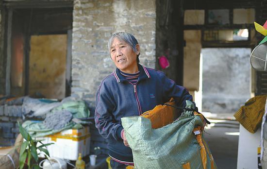 23日,在按察司街100号居住多年的居民收拾东西,惜别老宅院。