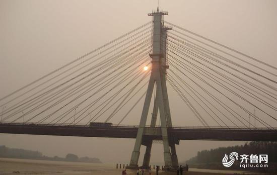 1982年7月14日,济南黄河公路大桥经过3年半的紧张施工顺利建成。