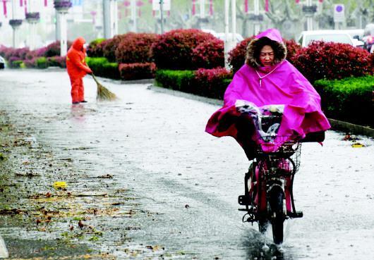 4月9日,枣庄市民冒雨出行。□新华社发
