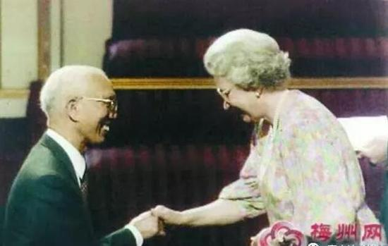 田家炳先生接受英国女皇授勋