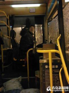 司机刘师傅跟乘客打招呼。(网友提供图片)