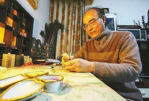 王天明在玉石上进行雕刻 记者刘玉乐 摄