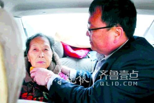 曹县男教师带八旬病母上课,每天四点多起床,六年来悉心照料