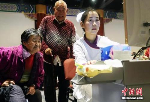 """资料图:重阳节期间北京发起""""关注老年人营养均衡快乐健康养老""""的公益活动。"""