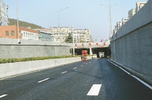 玉函路隧道南口沥青已摊铺完成 记者张晓园 摄