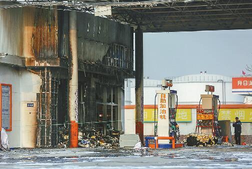 1日,加油站起火后部分区域仅剩框架。 记者刘玉乐 摄