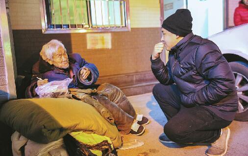 19日晚上8点,跟平常一样,小刘带着热饭热菜去看望老人。