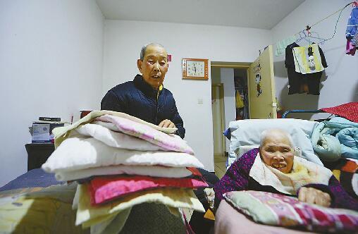 日复一日照顾老伴,叶老先生从不厌倦。首席记者王锋 摄