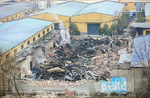 火灾现场一片狼藉 记者刘玉乐 摄