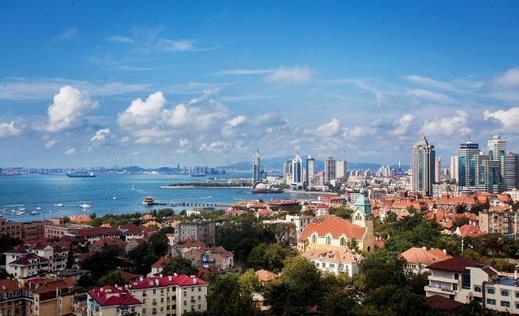 """只有在这儿,你才能深刻地体会到青岛的""""碧海蓝天,红瓦绿树""""是多么美。"""