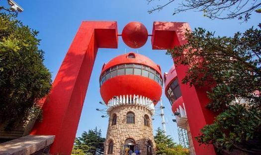 如果你走在路上,看到山上有三幢红色蘑菇形状的楼,那就是信号山。