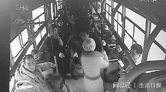 女子在公交车上发病,车厢内出现骚动。
