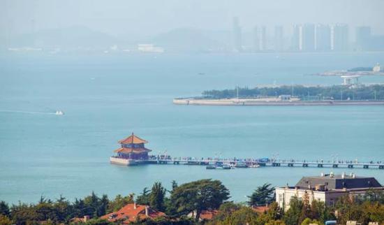 栈桥是青岛的重要标志性建筑物,它有着一百多年的历史。