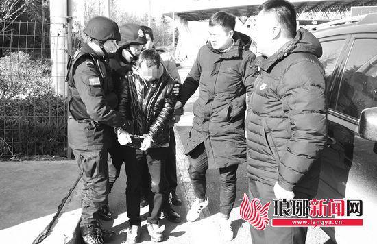 嫌疑人被抓捕民警押解回到临沂。