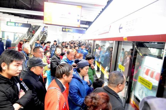 青岛地铁2号线东段开启试乘 青岛进入地铁双线时代
