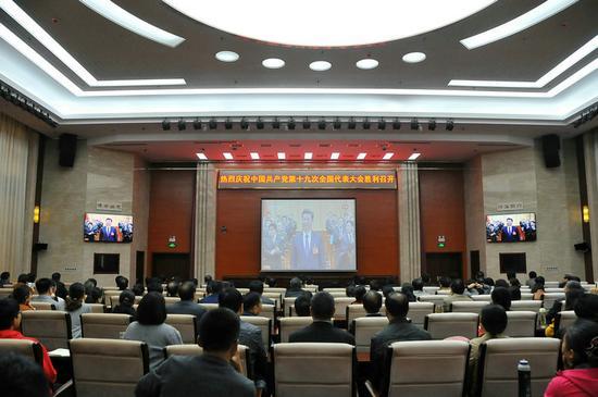 济宁学院组织干部师生集中收看十九大开幕盛况