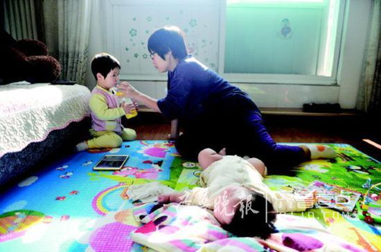 有了二娃后,彭女士辞了工作专门照看俩宝贝,二宝刚躺下,大宝就要喝奶。
