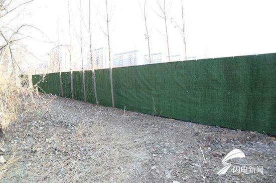 据现场施工人员说,正在建设的工程是为山大教职工建设的宿舍楼做准备。