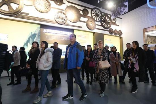 采访团成员参观重汽汽车博物馆。