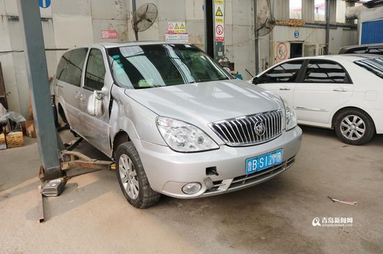 民警在修理厂找到逃逸车,右轮被撞掉