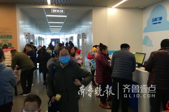 12月28日齐鲁晚报·齐鲁壹点记者采访儿科门诊时的情景。