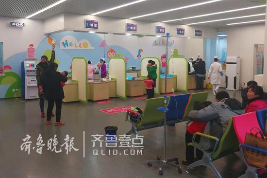 1月10日齐鲁晚报·齐鲁壹点记者采访儿科门诊时的情景。