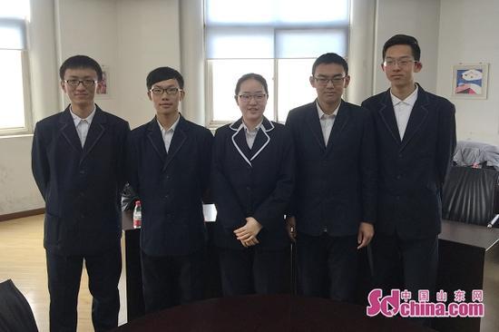 济南外国语学校高中部的路畅、尹楷珺、张宇淏、管小淳、马子函同时保送北大。