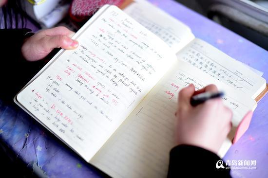 李梦瑶正在自习室里苦读英语,准备参加即将到来的专业英语八级考试。